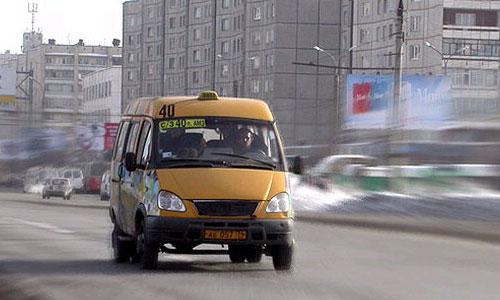 В Петербурге маршрутка врезалась в остановку