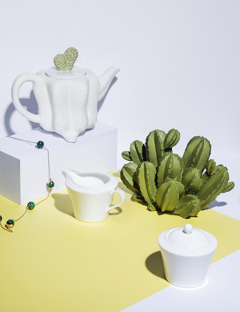 Чайник, декоративное украшение ZARA HOME (2 этаж); бусы MASSIMO DUTTI; (2 этаж) молочник, сахарница CRATE&BARREL (3 этаж)