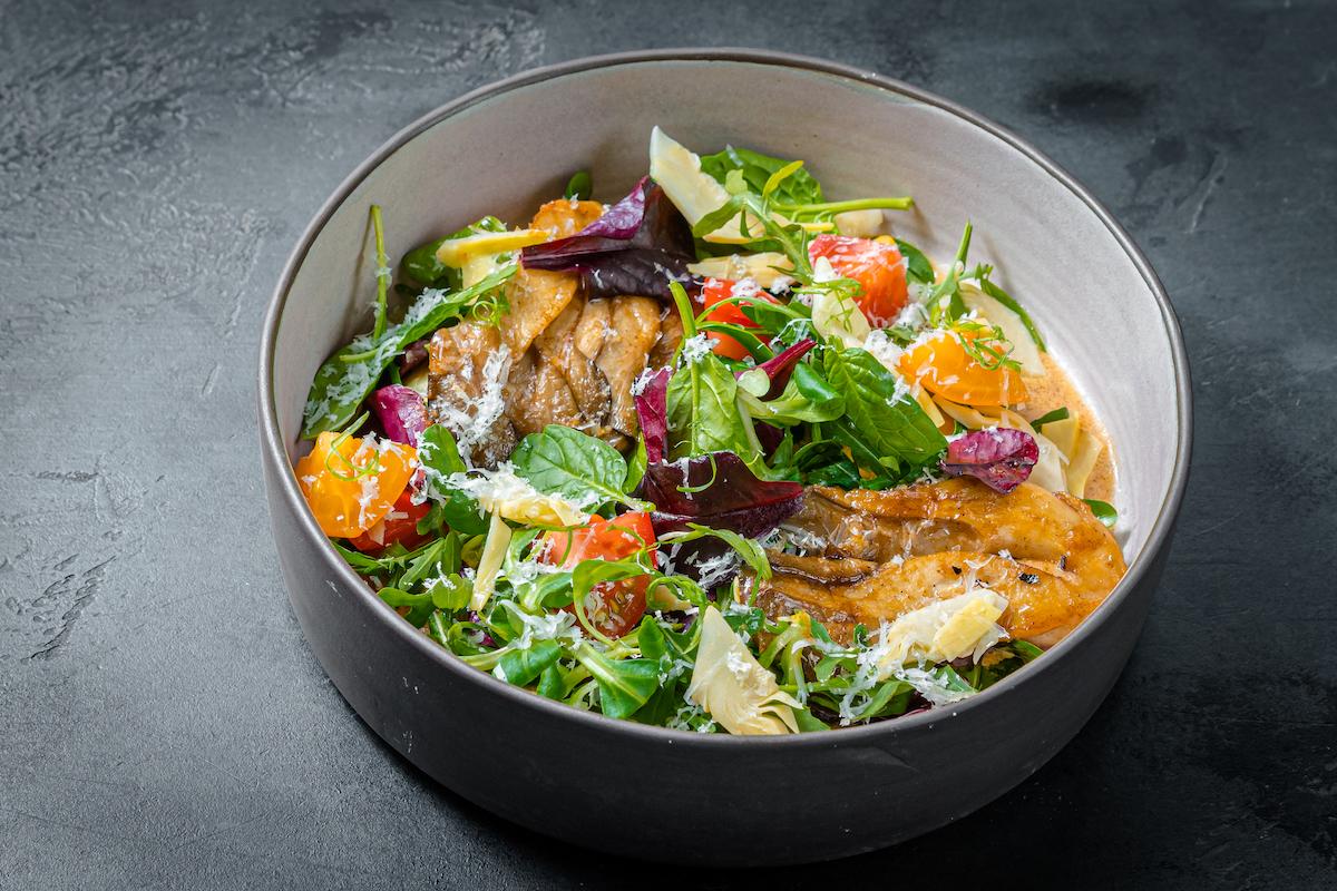 Салат с жареными грибами и веганским сыром