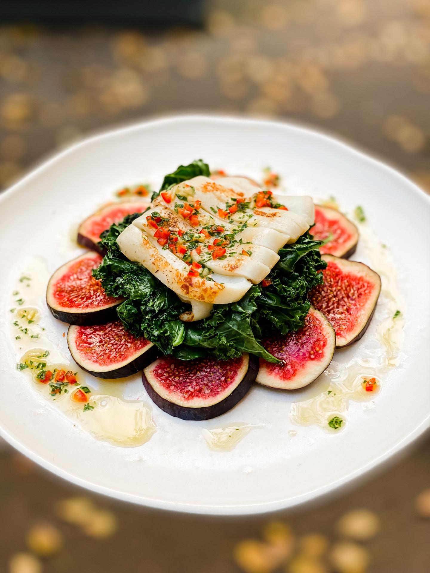 Салат с кальмаром, инжиром и жареным кейлом