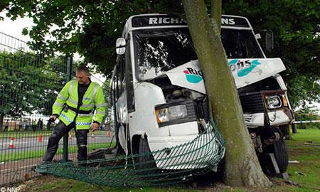 В Англии школьный автобус врезался в дерево