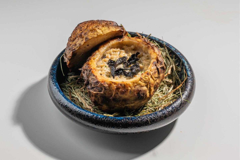 Запеченный корень сельдерея с перлотто и черными лисичками