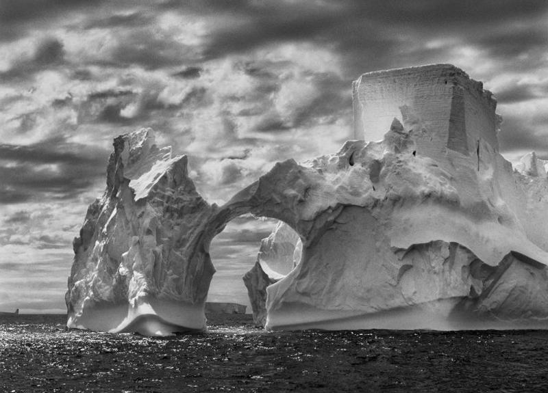 Айсберг между островом Паулет и Южными Шетландскими островами в море Уэдделла. Антарктический полуостров, 2005 г.