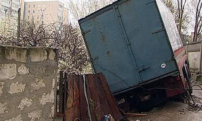 В Ростовской области фура врезалась в дом, водитель погиб