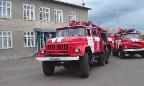 Спешившая на вызов пожарная машина протаранила авто на встречке