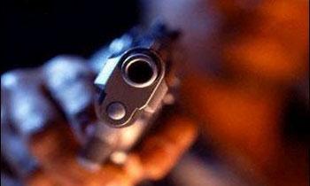 Угрожая пистолетом женщине, преступники завладели сумкой с 1,5 млн руб