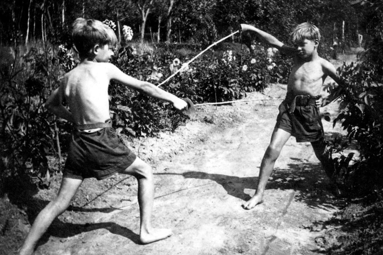 С братом Аленом в Клерфонтэне, около 1940 года