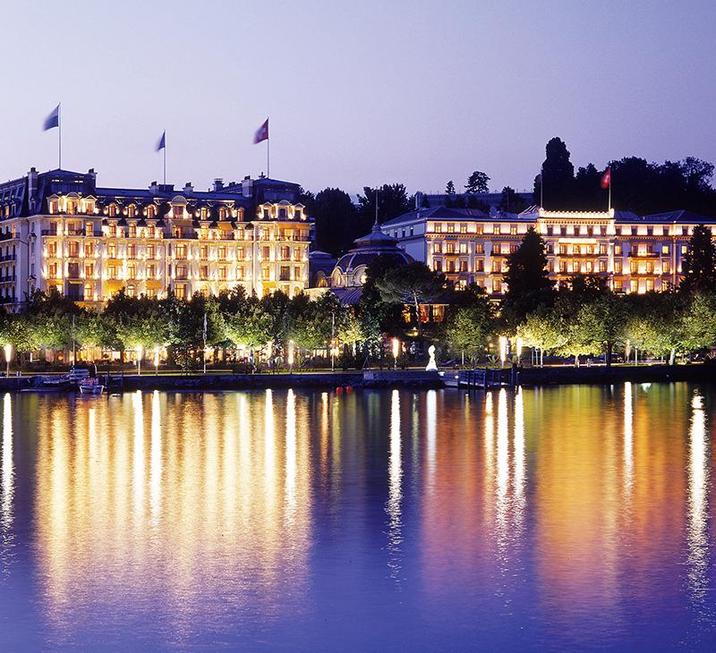Вид на Beau-Rivage Palace в Лозанне с Женевского озера