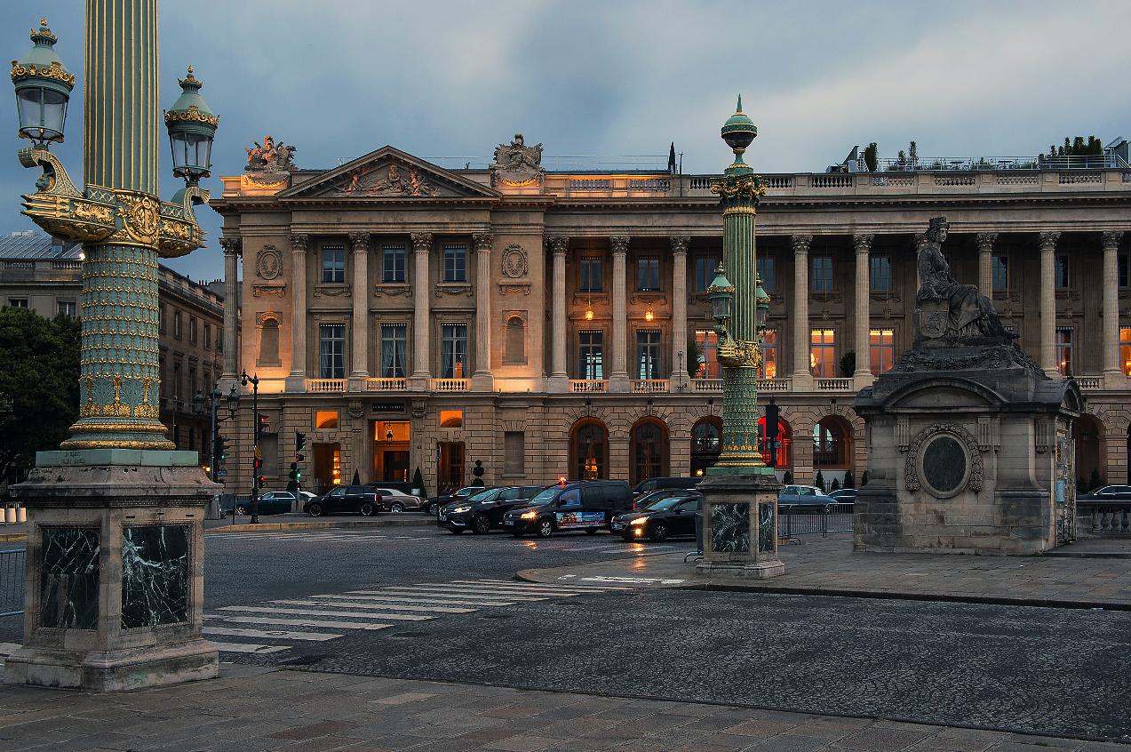 Вид Hôtel de Crillon, A Rosewood Hotel на площади Согласия