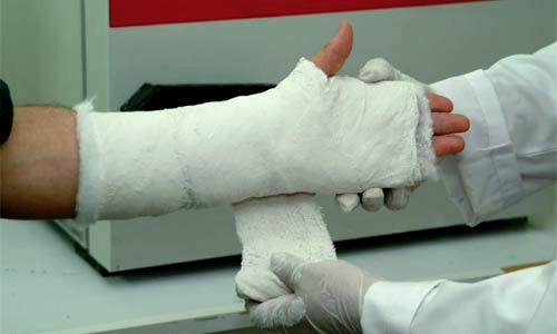Сотрудник ГИБДД сломал руку пенсионеру, переходившему дорогу в неположенном месте