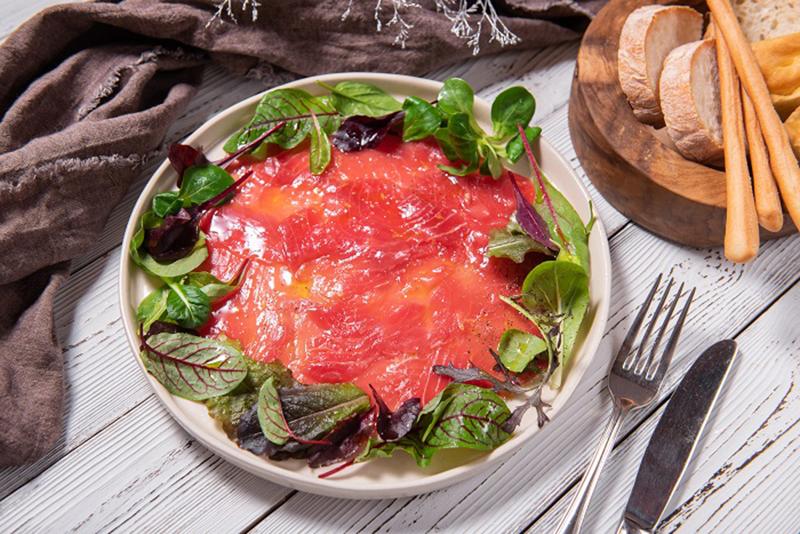 Карпаччо из красного тунца с сельдереем и лимоном