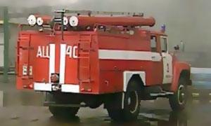 В Москве пожарная машина провалилась в двухметровую яму