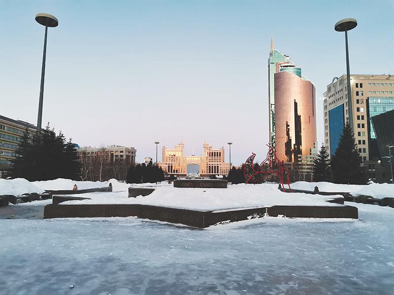 Вид на штаб-квартиру «КазМунайГаза» инебоскреб «Абу-Даби Плаза»с бульвара Нуржол, Нур-Султан