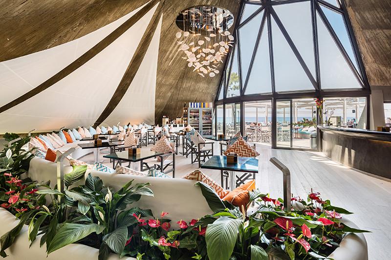Бар с террасой La Vela вBaglioni Resort Cala del Porto