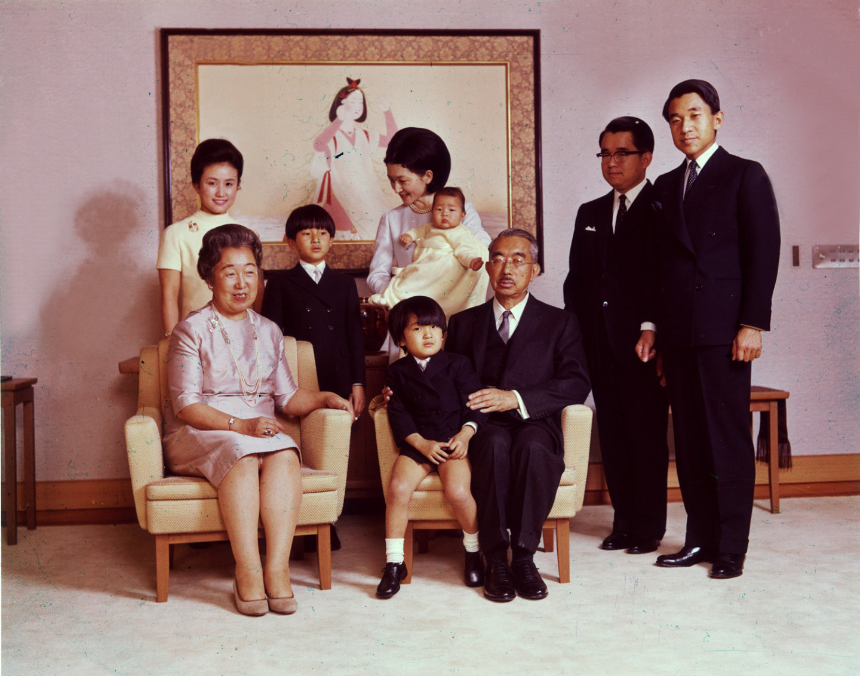 Император Хирохито (1901 - 1989) и императрица Нагако со своими детьми и внуками