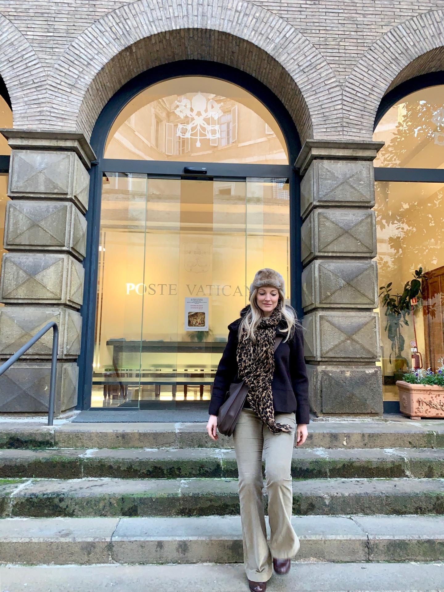 Джоанн Бергамин на фоне почтового офиса Ватикана