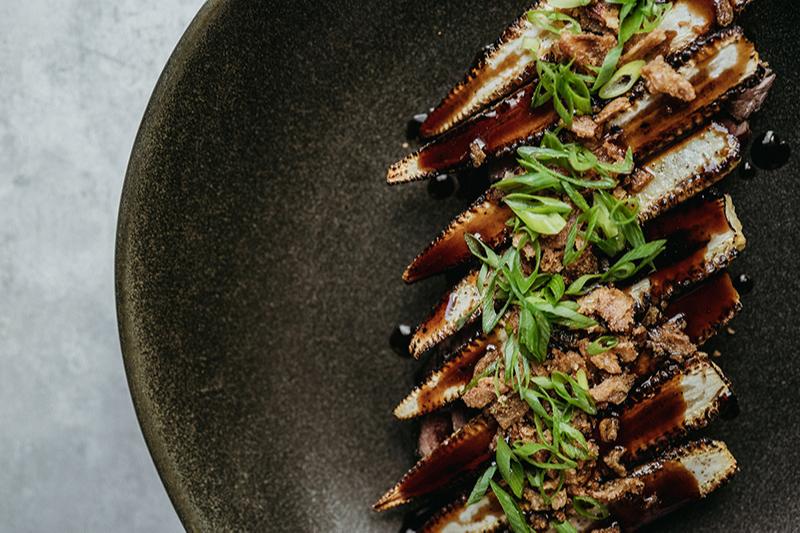 «Стейк мясника» с кукурузой, соусом хойсин и жареным луком