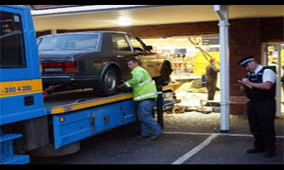 Британец на Rolls-Royce протаранил витрину супермаркета