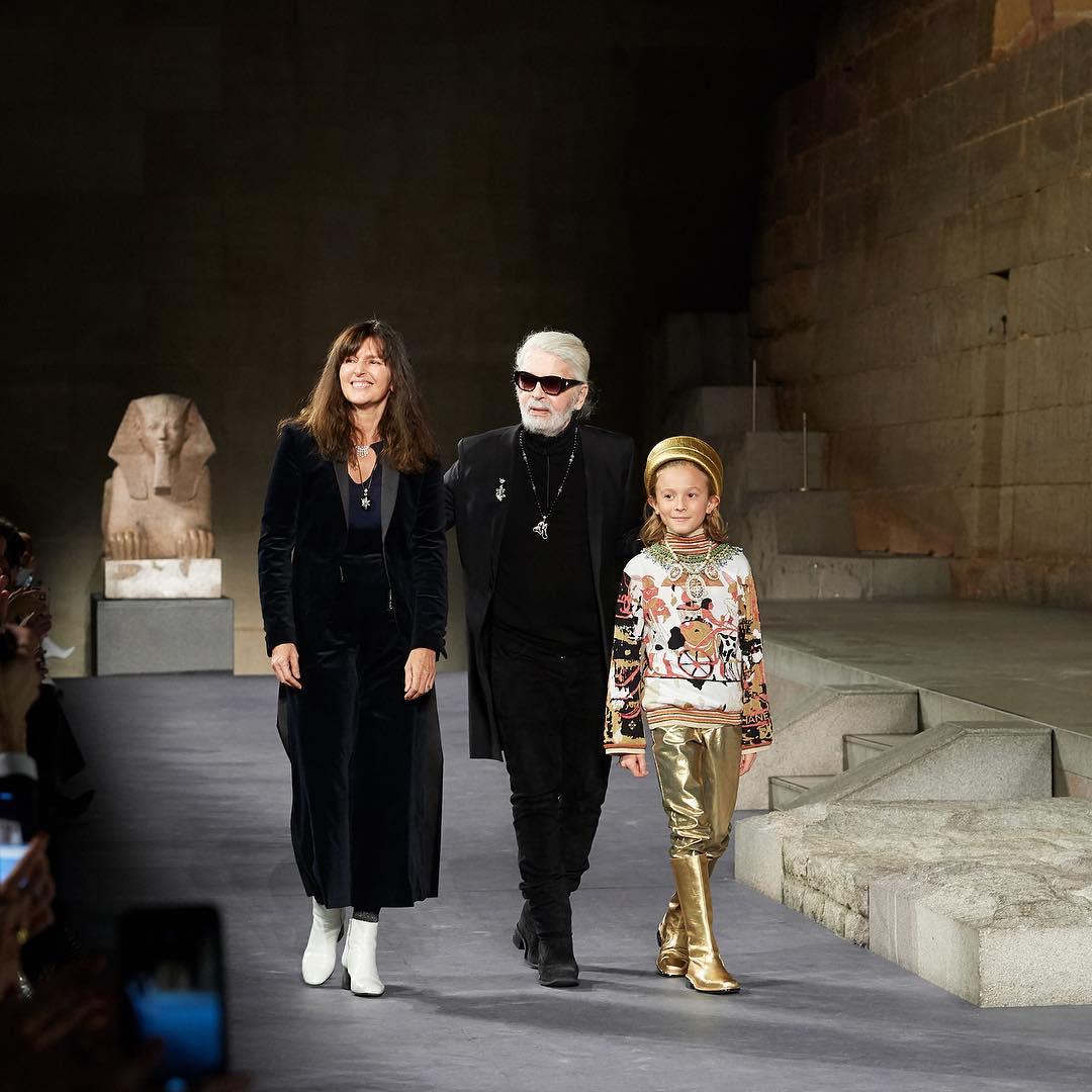 Виржини Виар, Карл Лагерфельди его племянникХадсон Кроэниг на показе ChanelMétiers d'art в Нью-Йорке в 2018 году