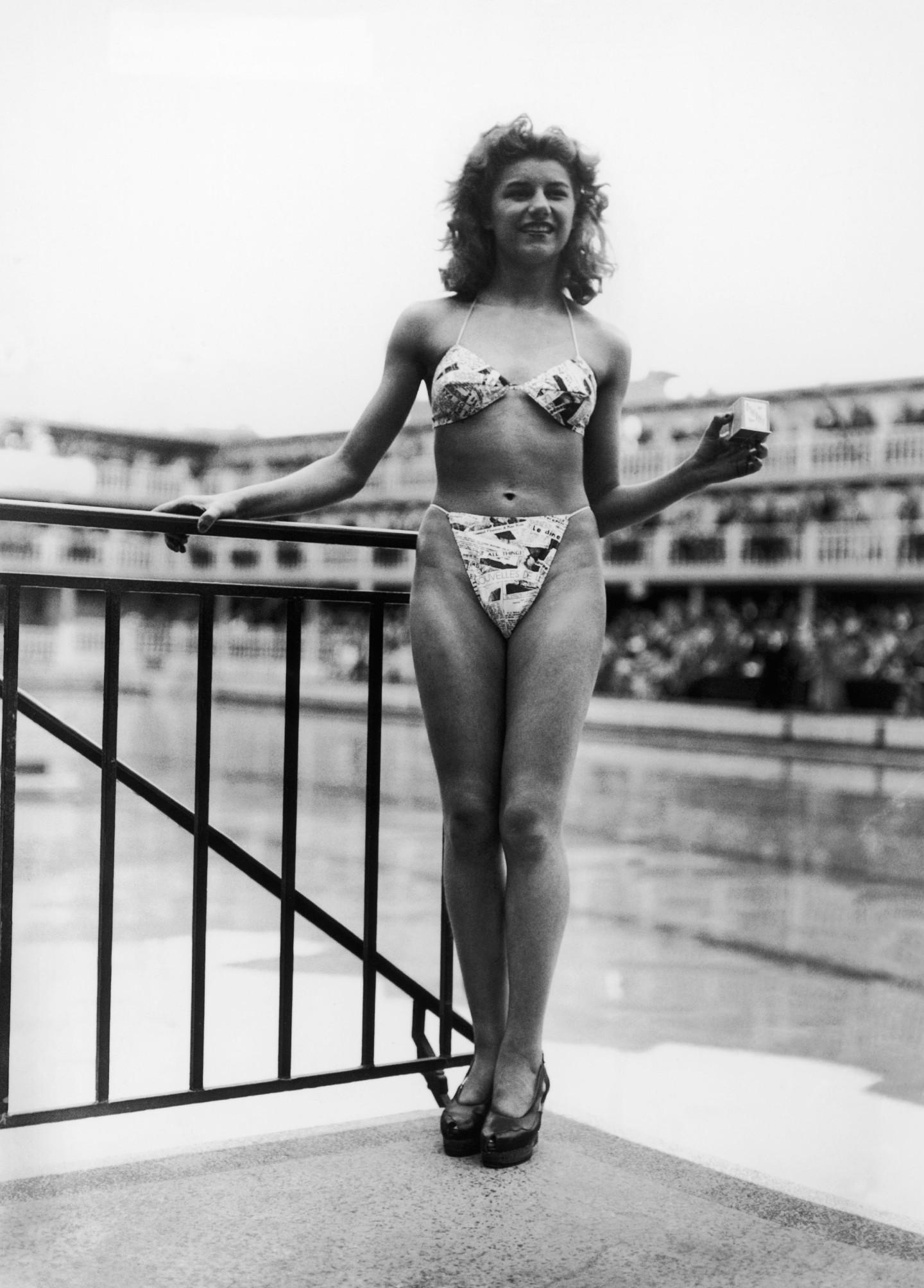 Танцовщица кабаре «Мулен Руж» на первом показе бикини, 1946 г.
