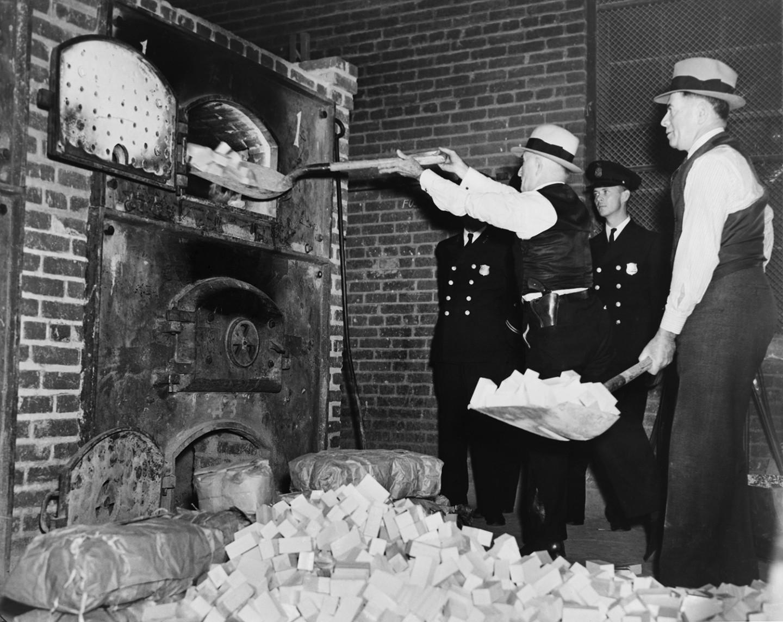 Бюро по борьбе с наркотиками за уничтожением партии героина, США,1936 год
