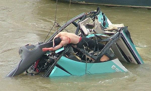 В Китае упал в реку школьный автобус