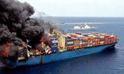 Во Владивостоке горит судно с автомобилями на борту