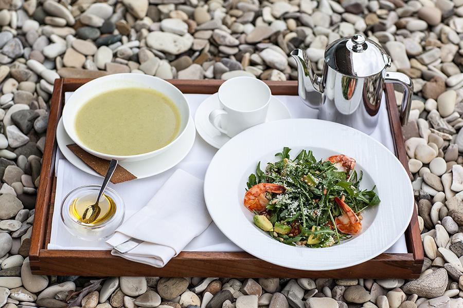 Суп-пюре из брокколи на овощном бульоне, салат руккола с тигровыми креветками, авокадо и кедровыми орехами
