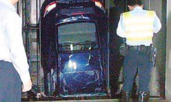 Porsche 911 застрял в лифте