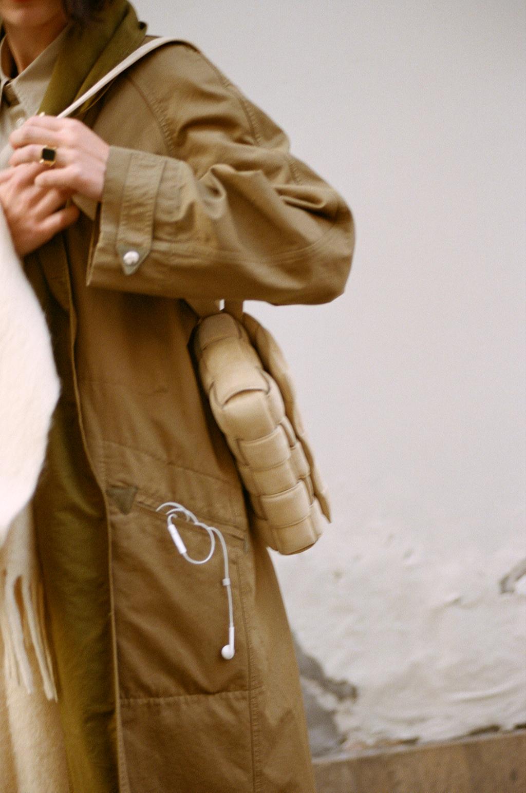 Хлопковый тренч Isabel Marant Etoile; шарф— Isabel Marant; джинсы Stella McCartney; рубашка, сумка, кольцо — все Bottega Veneta