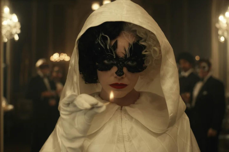 Кадр из фильма «Круэлла»
