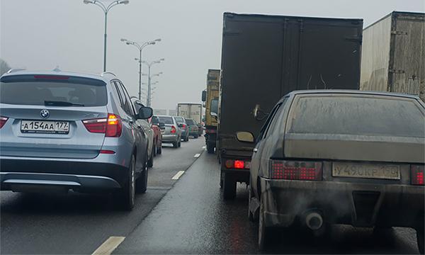 Перевернувшаяся фура заблокировала движение по шоссе в Подмосковье