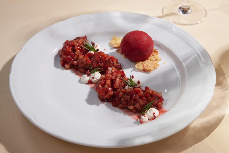 Тартар из клубники и томатов