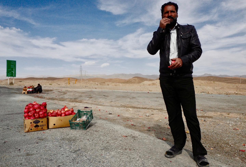 По дороге в Шираз стоит остановиться у соляного озера с розовыми берегами, осмотреть несколько заброшенных караван-сараев и пополнить запас гранатов, которые продают на автостраде местные жители