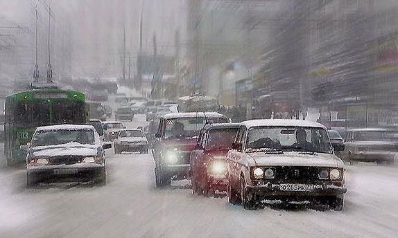 Метель парализует движение транспорта в Москве