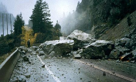 В Северной Осетии на дорогу упала скала, отрезав от мира 6 сел