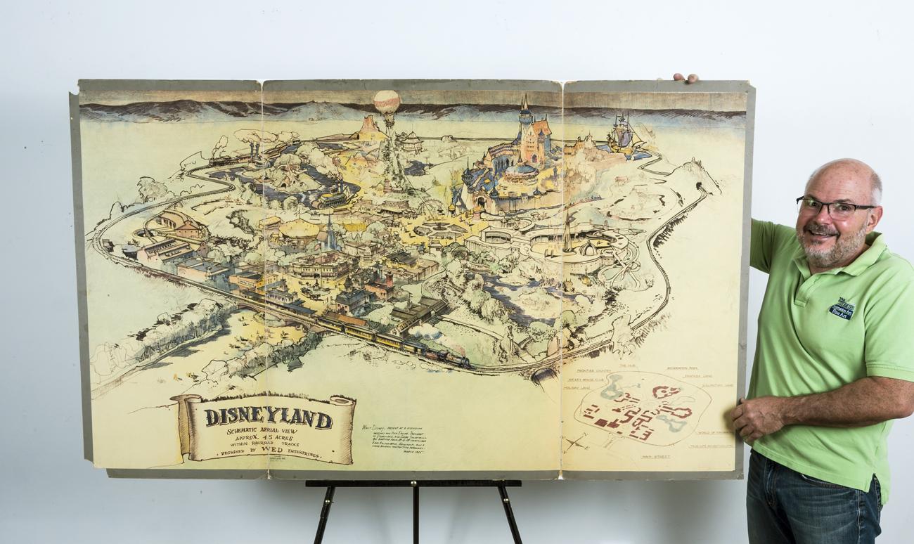 Основатель галереи Van Eaton Galleries Майк Ван Итон рядом с картой первого в мире «Диснейленда», проданной на аукционе за $708 тыс.