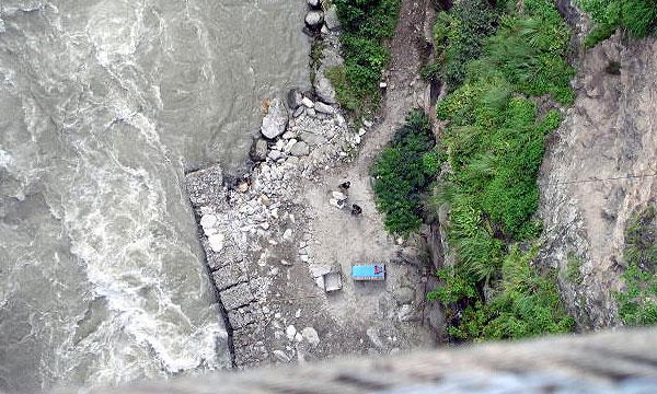 В Таджикистане машина упала в пропасть глубиной 350 м
