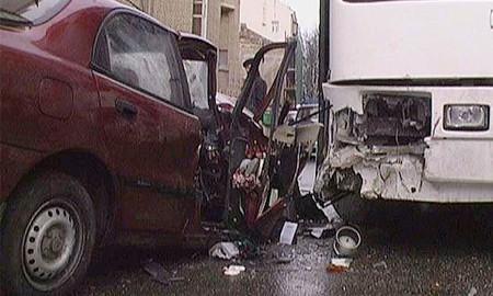 В результате столкновения автобуса и легкового автомобиля три человека погибли