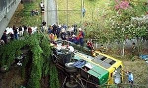 На Тайване туристический автобус упал в ущелье