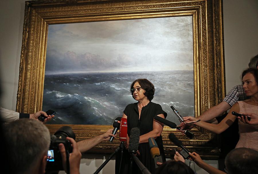 Зельфира Трегулова у картины Ивана Айвазовского «Черное море»