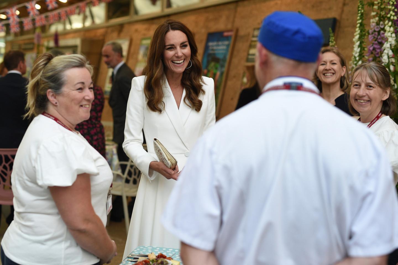 Кэтрин, герцогиня Кембриджская, в платье Alexander McQueen и с клатчем Josef на приеме в ботаническом саду Корнуолла в рамках саммита G7, 11 июня
