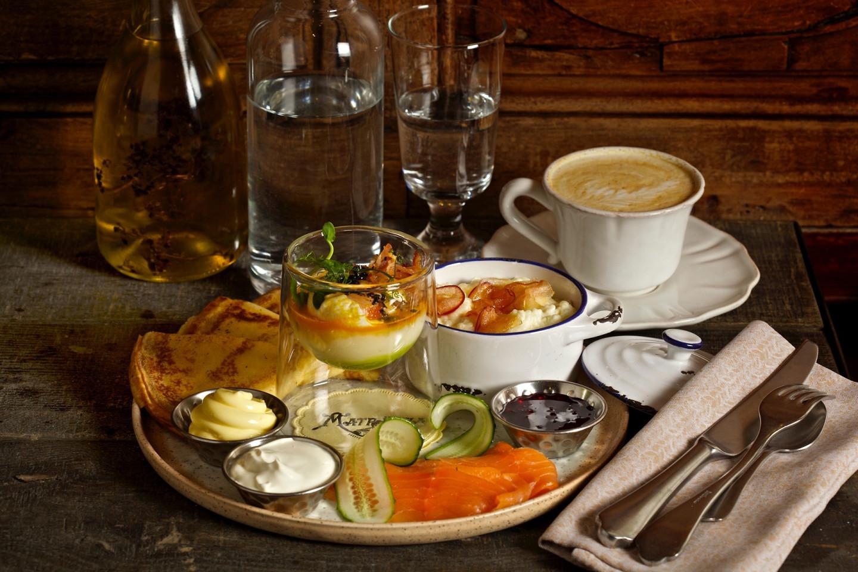 «Петербургский» завтрак: свежеиспеченные блины, лосось, рисовая каша, яйцо пашот с беконом, сметана и варенье из клубники
