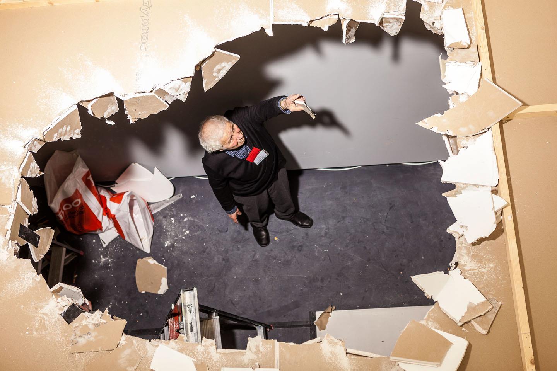 Илья Кабаков монтирует инсталляцию «Человек, улетевший в космос из своей комнаты»