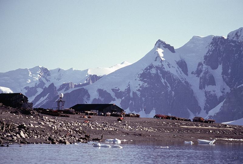 База Британской антарктической службы на острове Аделаиды