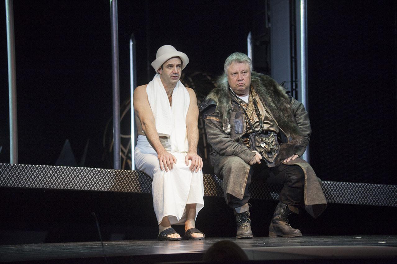 Дмитрий Певцов в роли государя Платона Николаевича, и Сергей Степанченко в роли бати, главы опричного Приказа