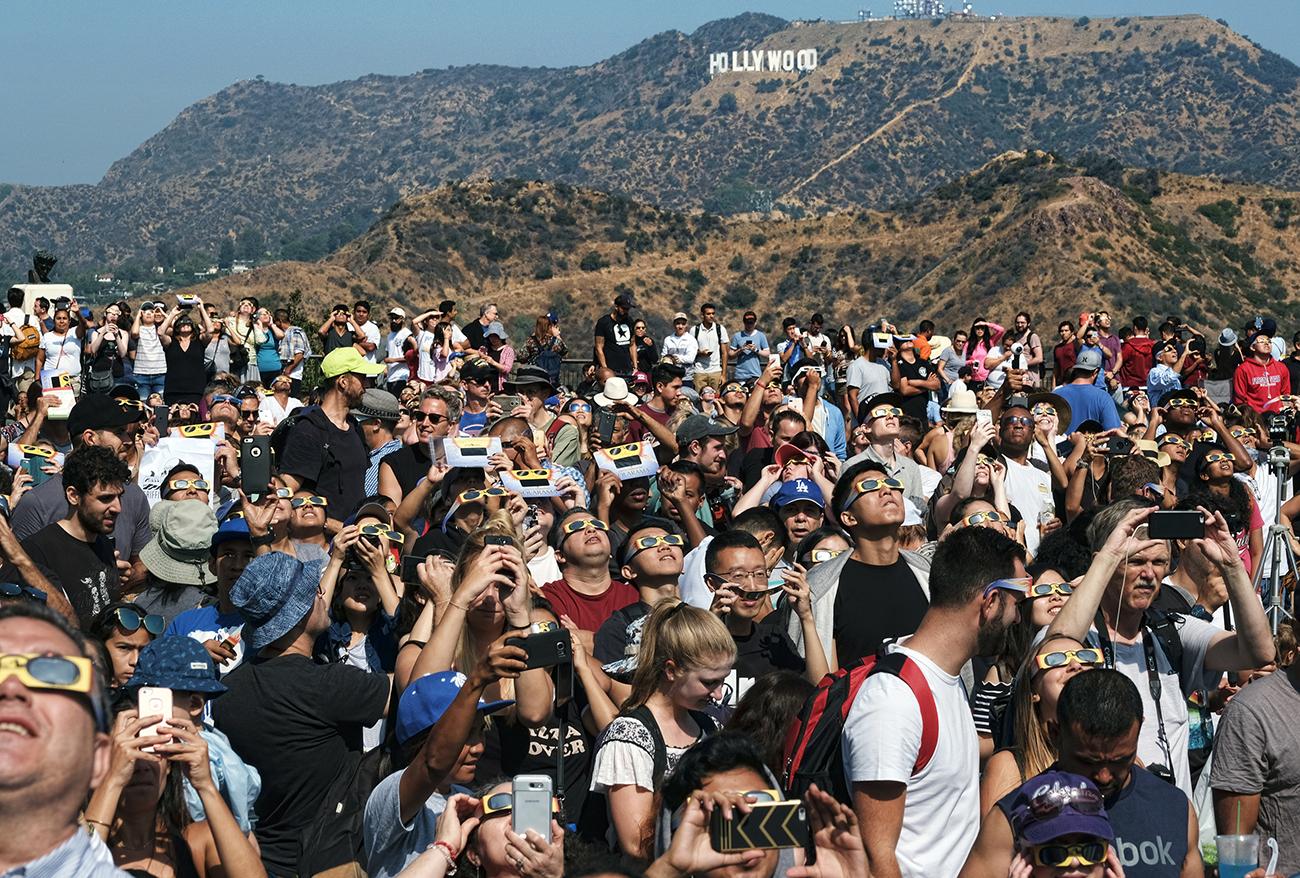 Толпа, собравшаяся посмотреть солнечное затмение рядом с обсерваторией Гриффита, Лос-Анджелес