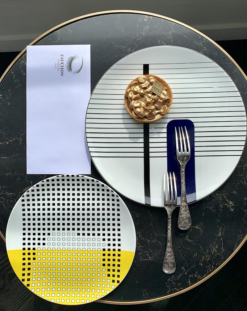 Десерт Gianduja Hazelnut Pie, тарелки Oscar, Bernardaud, десертные вилки Jardin d`Eden, Christofle