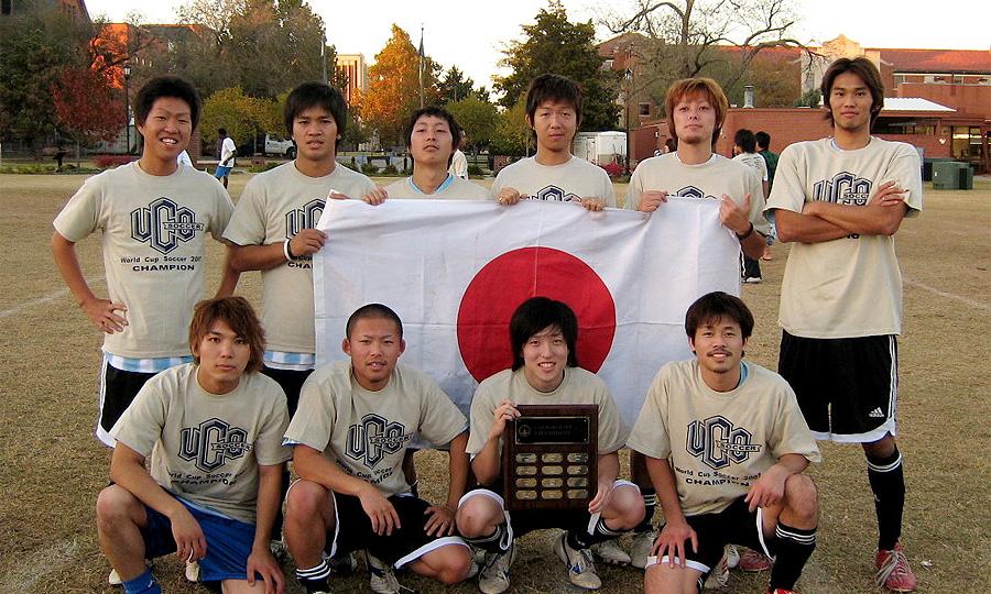 Нетрезвые японские футболисты растоптали автомобиль