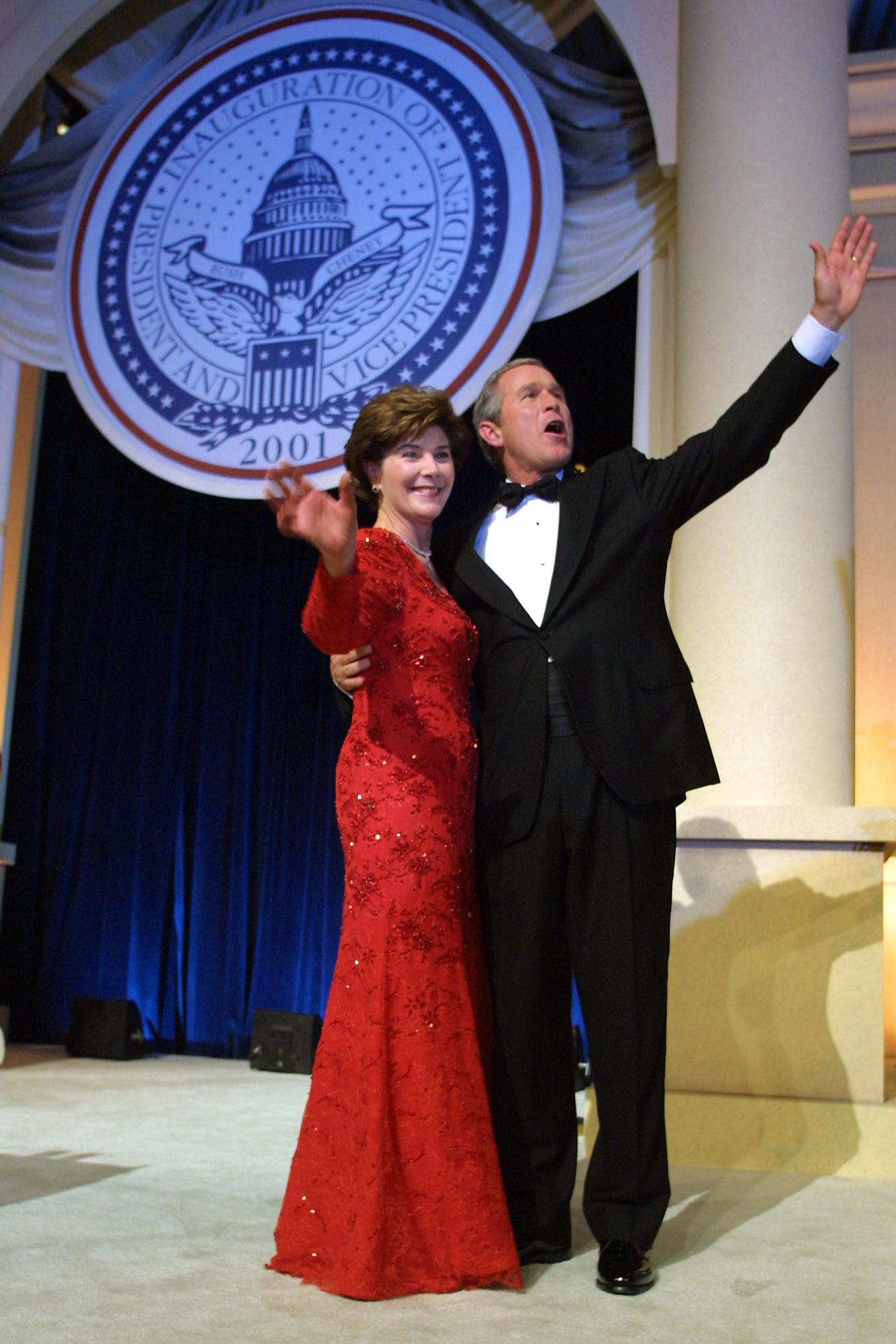 Джордж Буш и Лора Буш в платье Michael Faircloth, инаугурационный бал, 2001 год